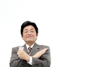 バツ印タバコの空箱を持つ愛煙家の写真の素材 [FYI00412168]