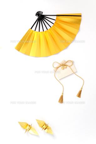 美しい日本の金色の扇子と折鶴と絵馬の写真の素材 [FYI00412175]