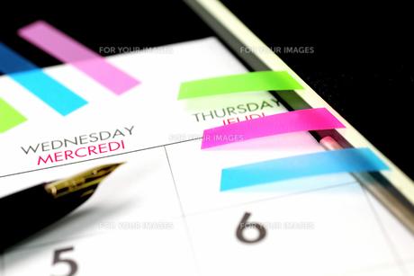 カレンダーと万年筆と手帳の写真の写真素材 [FYI00412201]