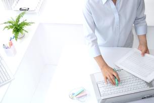 女性ビジネスイメージOLとパソコンの写真の写真素材 [FYI00412211]