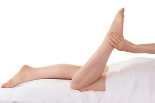 女性の足と美容エステマッサージの写真の写真素材 [FYI00412221]