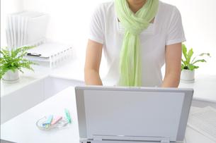 半袖エコファッション女性とパソコンの写真の写真素材 [FYI00412225]