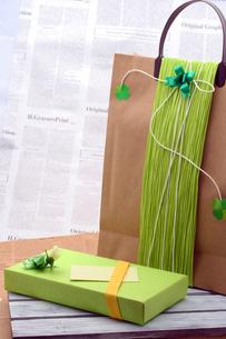 手提げ袋の緑のプレゼントの写真の写真素材 [FYI00412227]