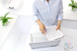 女性ビジネスイメージOLとパソコンの写真の写真素材 [FYI00412229]