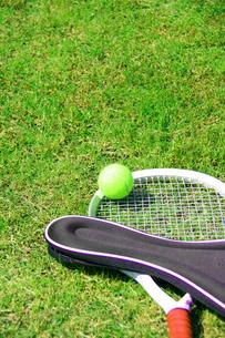芝生とテニスラケットとボールの写真の素材 [FYI00412234]