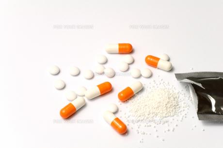 散剤 粉薬とオレンジ色のカプセル薬の写真の素材 [FYI00412235]