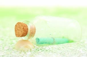 砂浜に届いたメッセージボトルの写真の写真素材 [FYI00412242]