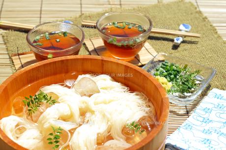 夏の食べ物冷たいたらいソーメンの写真の素材 [FYI00412253]