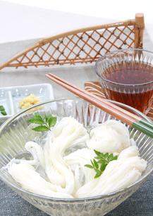 氷で冷えた素麺と木の芽の写真の素材 [FYI00412266]