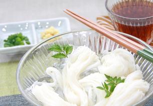 氷で冷えた素麺と木の芽の写真の素材 [FYI00412267]