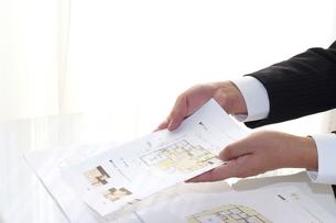 建設住宅訪問営業ビジネスマンの手の写真の写真素材 [FYI00412272]