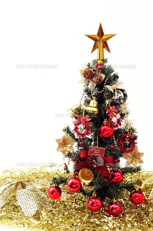 クリスマスツリー 赤と金白バックの写真の素材 [FYI00412273]