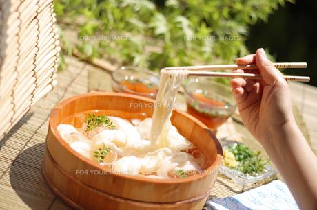 たらいソーメンを食べる女性の手の写真の素材 [FYI00412275]