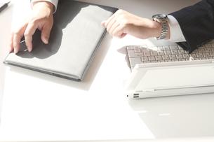 男性ビジネスマンとノートパソコンの写真の写真素材 [FYI00412285]