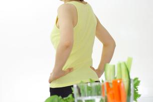 ダイエッ女性とサラダの健康イメージの写真の写真素材 [FYI00412299]