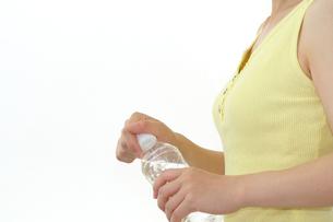 水を飲むダイエット中の女性の写真の写真素材 [FYI00412304]