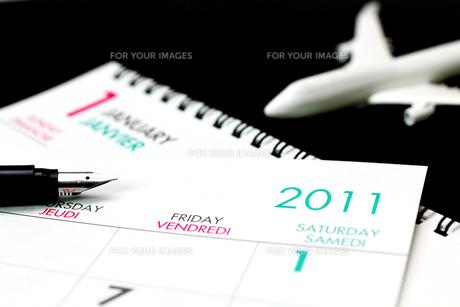 カレンダー2011とペンと飛行機の写真の写真素材 [FYI00412325]