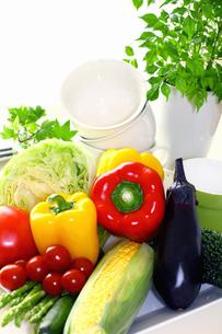 カラフルなパプリカ 新鮮野菜と食器の写真の写真素材 [FYI00412327]