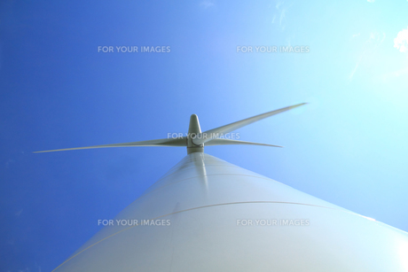 風力発電機の支柱から見上げた羽根の写真の素材 [FYI00412331]