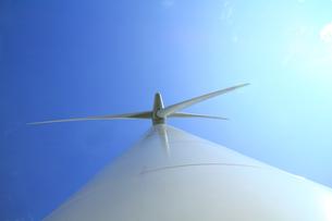 風力発電機の支柱から見上げた羽根の写真の写真素材 [FYI00412331]