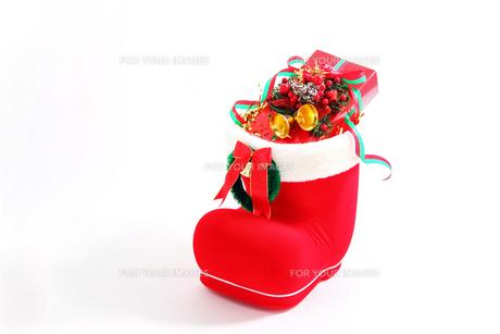 サンタブーツの赤いプレゼントの写真の素材 [FYI00412342]