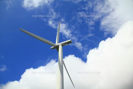 風力発電機と空と雲の写真の素材 [FYI00412353]