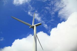風力発電機と空と雲の写真の写真素材 [FYI00412353]