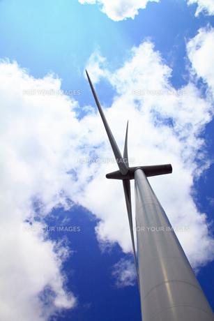 見上げた風力発電機と雲の写真の素材 [FYI00412359]