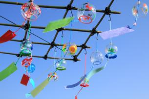 祭りの風鈴屋の複数のカラフル風鈴の写真の写真素材 [FYI00412361]