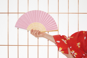 和室で踊る扇子を持つ女性の手の写真の写真素材 [FYI00412365]