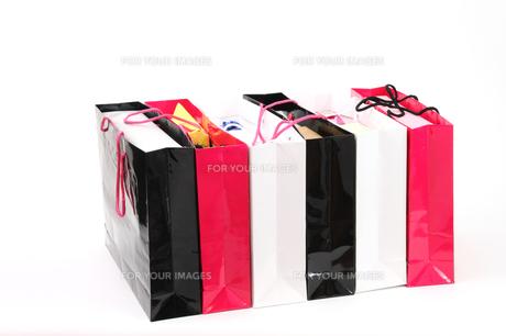 沢山のプレゼントとお買い物袋の写真の写真素材 [FYI00412378]