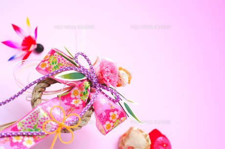 正月の羽根飾りと手鞠とリースしめ縄の写真の素材 [FYI00412386]