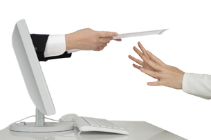ネット通販注意喚起 断る女性の手の写真の写真素材 [FYI00412387]