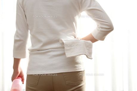 窓ふきの準備をする女性の写真の写真素材 [FYI00412394]