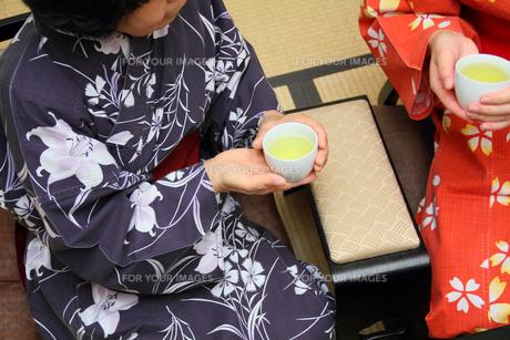 旅館の和室でくつろぐ浴衣の母子の写真の写真素材 [FYI00412395]