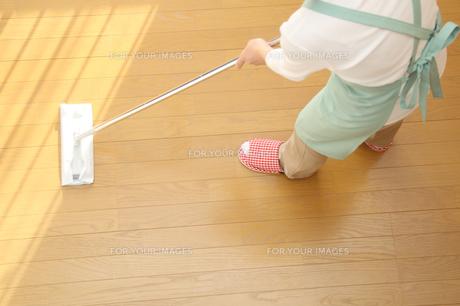 フローリングにモップかけする女性の写真の写真素材 [FYI00412404]
