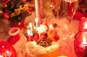 かわいい夜のクリスマスケーキと飾りの写真の写真素材 [FYI00412407]