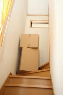 階段に山積みされた引越し段ボールの写真の素材 [FYI00412413]