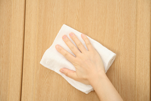 フローリングに雑巾がけをする女性の写真の写真素材 [FYI00412414]
