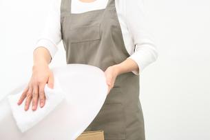 照明カバーを拭く女性の写真の素材 [FYI00412424]