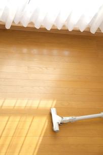 フローリングの床に置かれた掃除機の写真の写真素材 [FYI00412428]