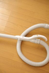 フローリングの床に置かれた掃除機の写真の写真素材 [FYI00412429]