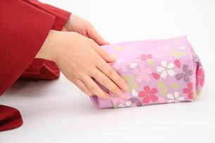 かわいい和柄の風呂敷包みと着物の女性の写真の写真素材 [FYI00412443]