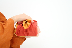 日本人女性が持つ風呂敷包みのお中元の写真の素材 [FYI00412448]