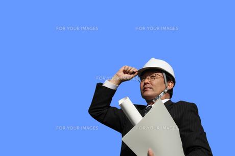 書類ファイル図面を持つビジネスマンの写真の写真素材 [FYI00412449]