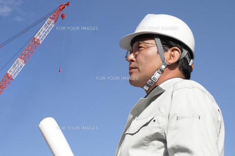 建設現場で図面を持つ作業員の写真の写真素材 [FYI00412451]