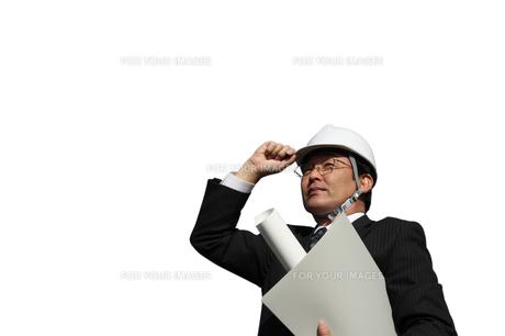 ビル街書類を持つ建築家ビジネスマンの写真の写真素材 [FYI00412452]