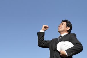 青空にガッツポーズ建設ビジネスマンの写真の素材 [FYI00412460]