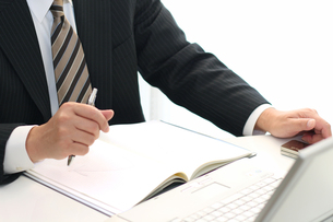 ノートパソコンとビジネス営業マンの写真の写真素材 [FYI00412486]