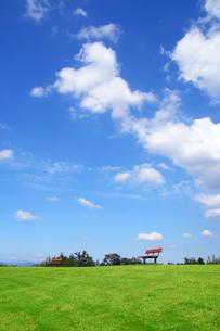 公園のベンチと雲と青空の景色の写真の素材 [FYI00412509]
